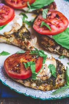 BEST Caprese Chicken Recipe with basil pesto, fresh mozzarella and ripe tomatoes. Ready in 20 minutes. Gluten free, low carb, only 288 calories! Poulet Caprese, Caprese Salat, Caprese Chicken, Mediterranean Dishes, Mediterranean Diet Recipes, Basil Recipes, Italian Recipes, Salmon Balsamic Glaze, Cooking Recipes