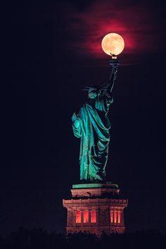 La Lune Rose (ou Lune des Fraises) apparait posée sur la torche de la Statue de la Liberté à New York. On appelle la Lune Rose, la pleine lune du mois de juin. Cette année, elle est tombée pendant le solstice d'été dans la nuit du 20 au 21 juin. C'est un phénomène rare qui a été vu pour la dernière fois en 1948, et la prochaine fois sera en 2062. Une photo réalisée par le photographe Jimmy Kastner