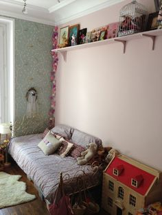 the boo and the boy: a girls' room in Paris