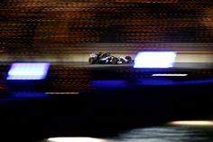 """L'irragiungibile Mercedes sfreccia con Hamilton e Rosberg nella notte di Sakhir lasciandosi alle spalle un affannatissimo Alonso e la ritrovata Red Bull di Ricciardo. Vettel e Räikkönen non possono dire di essere messi """"bene"""" come i compagni di squadra e nelle retrovie non si respira un'aria molto diversa dopo aver notato il comportamento diversissimo degli pneumatici a seguito dell'abbassamento delle temperature."""