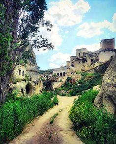 """Ürgüp'e bağlı Ayvalı köyünde Gomeda vadisinin devamında, yeşillikler içerisindeki bir dere kenarında kurulu, eski ismi Aravan """"nehrin durgunlaştığı yer"""" anlamına gelen köye geldiğinizde unutamayacağınız dingin günler geçireceksiniz. Yeryüzünün mucizevi doğasına sahip Kapadokya """"Güzel Atlar Ülkesi"""" bu vadide yeni öyküler fısıldıyor..  @oykuevicavehotel  www.kucukoteller.com.tr/nevsehir-otelleri.html Rezervasyon için 0384 354 58 52 nolu telefondan otele ulaşabilirsiniz.."""