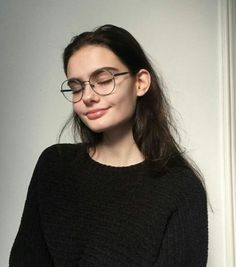 Hair Care Tips That You Shouldn't Pass Up. If you don't like your hair, you are not alone. Cute Glasses, Girls With Glasses, Girl Glasses, Pretty People, Beautiful People, Tumbrl Girls, Mode Ootd, Remy Hair Extensions, Face Hair