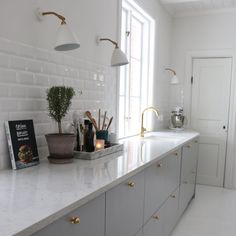 flat panel cabinets, gold faucet and knobs Open Plan Kitchen, New Kitchen, Kitchen Dining, Country Kitchen, Kitchen Decor, Kitchen Cabinets, Dark Green Kitchen, Modern Outdoor Kitchen, Built In Pantry