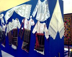 Costumi popolari femminili tradizionali rumeni e canovacci lavorati a mano