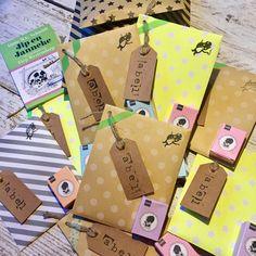 Leuk en lekker om te trakteren: mini voorleesboekje met rozijntjes in vrolijke verpakking!