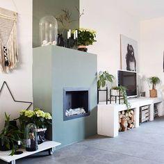 Groene haard met mooi tv meubel // www.interiortwin.com