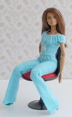 Was lässt Kinderaugen leuchten und auch Euer Herz höher schlagen? Ich weiß etwas: Wunderschöne, moderne und selbstgemachte Puppenkleidung. Ihr wählt die Farben und die Modelle, die Euch gefallen. Ihr braucht nur ein wenig Sockenwolle (5 bis 15 g, je