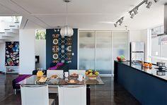 Com esquadrias de alumínio e vidro (Jair Bolanho) por todos os lados, salas e cozinha esbanjam claridade. Sem paredes entre elas, a bancada de alvenaria com tampo e laterais de granito preto são gabriel (Zequiel Mármores) demarca a área gourmet.