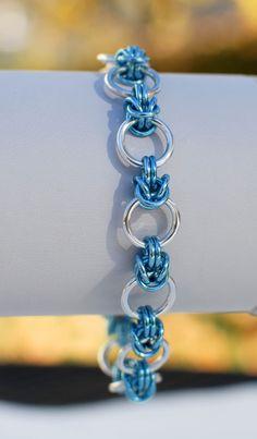 Anelli violacei blu cielo lucidi accerchiare anelli grandi Argento alluminio per creare un divertimento leggero bracciale. Questo è un comodo braccialetto quotidiano che ama essere parte di un gruppo! È regolabile tra 7 e 7 3/4 pollici lunghi è finito con un moschettone argenteo. IN vendita - era $15 ora $12    Orecchini di corrispondenza può essere trovato qui: https://www.etsy.com/listing/169283390/sky-blue-half-byzantine-earrings-ready?    Questo braccialetto arriverà in scatola…