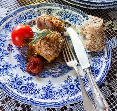 Gołąbki można przygotować na tysiąc różnych sposobów – my zdradzamy szybki przepis na najlepsze gołąbki. Nietypowy, bo zamiast ryżu w nadzieniu do gołąbków zastosowano kaszę mannę. Palce lizać!