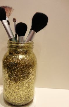 Gold Glitter Mason Jar DIY---perfect for makeup brushes! (With a different container though, bc mason jars are overdone and tacky) Mason Jar Projects, Mason Jar Crafts, Mason Jar Diy, Diy Projects, Bottle Crafts, Cute Crafts, Diy And Crafts, Arts And Crafts, Gold Glitter Mason Jar