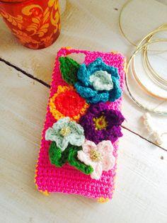 コットン等の糸で編みましたiPhoneケースです。土台はコットンで編んであります。可愛いピンクです。サイドはオレンジにあしらえました。カラフルは花モチーフが可...|ハンドメイド、手作り、手仕事品の通販・販売・購入ならCreema。