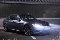 Hezká momentka - BMW M3 Sedan se zapnutými světly.