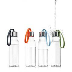 De Eva Solo fles van 0,5 liter wordt afgesloten met een RVS dop. De fles is handig te verplaatsen en mee te nemen met het gekleurde koord.