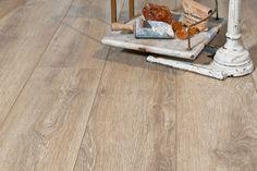 """""""Laminatgulvet """"White-Washed"""" er inspirert av tømmerveggene i gangene/hallen på Rinde Fjellgard. Disse tømmerveggene har fått denne utrolig flotte patinaen ved at de i starten fungerte som yttervegger. De ser hvit-vasket ut, men det er tiden, samt at de en gang ble eksponert for vær og vind, som har gitt denne unike patinaen. I tillegg til å gjenskape patinaen har gulvet en type overflate som er spesialutviklet for å gi laminaten et enda mer naturtro uttrykk."""