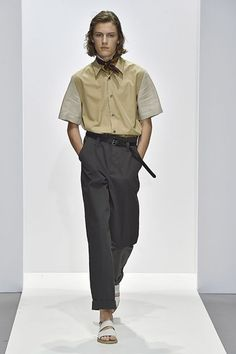 See all the Collection photos from Margaret Howell Spring/Summer 2018 Ready-To-Wear now on British Vogue Latest Mens Wear, Trendy Mens Fashion, Dope Fashion, Margaret Howell, Mens Clothing Styles, Sneakers Fashion, Fashion Pants, Menswear, Fashion Design