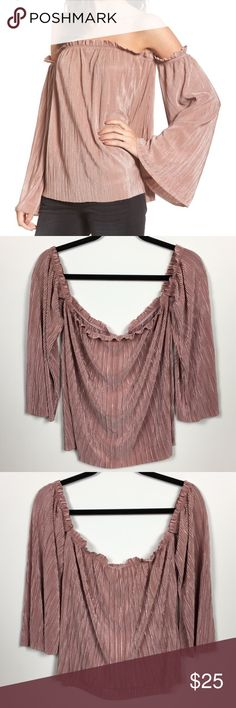 🆕Mimi Chica>off the shoulder plisse blush top NWT 🔥🔥🔥Cold shoulder plisse top in blush. By Mimi Chica. NWT. Mimi Chica Tops