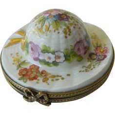 Here is a very stunning little item made in Limoges France-all hand tainted. Cute Box, Pretty Box, Hat Boxes, Pill Boxes, Book Furniture, Jewelry Dresser, Limoges China, Tiny Treasures, Vintage Box