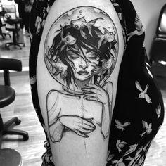 Tatuagem feita por Ricardo da Maia de Curitiba. Tatuagem em sketch de mulher com cabeça no aquário e peixinhos passando. #tattoo #tatuagem #tatuaje #art #arte #tattoo2me #blackwork #sketch