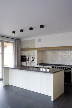 Landelijke keuken met eiken balk Home Kitchens, Kitchen Design, Kitchen Tiles, Kitchen Inspirations, Kitchen Decor, New Kitchen, Kitchen Room, Victorian Kitchen, Kitchen Dinning Room