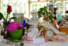 Lots of mad tea party centerpiece arrangements ideas, every way is the right way! - Miss Party