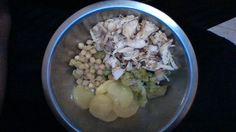 Papas, algunos garbanzos, brócoli y pechuga.. uff de esa saqué 2 platos xD