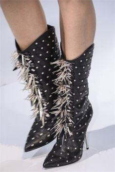 Stivali Versace con borchie e frange