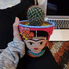 Con esta Frida y la computadora apagada, les digo que oficialmente el libro ya esta terminado #guiaparacultivarsuculentas el 18/01 será el lanzamiento oficial. ☀ [Maceta: @zachenkacreaciones  #teamSaperes ]
