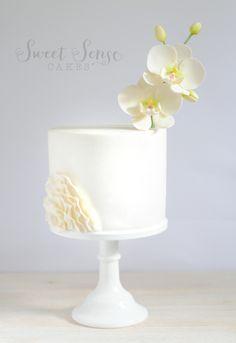 white on white chic Sweet Sense Cakes