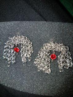 Chain earrings. Orecchini con catena e swarovski centrale.                 La catena, nella parte centrale, è lavorata a tessitura con filo d'argento (woven wire).