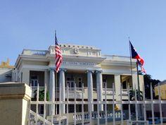 Domingo, 27 de octubre de 2013 a las 8:30 a.m. La logia de Santurce si cumplió con la sec. C del artículo 6 que indica que la bandera de Puerto Rico, siempre quedará a la izquierda de la bandera de los Estados Unidos de América. También sigue el articulo 4 sec. A, cuyo dice que la bandera al aire libre se ha de usar un asta cuyo largo sea no menos de dos veces y medio el largo de ésta. Pero no cumple con el artículo 5 sec. que establece que las banderas solo se enarbolará en días laborables.