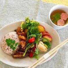 ランチプレート、雑穀ご飯と鳥と椎茸の照り焼き、五郎島金時のオレンジ煮、胡瓜と生姜の糠漬け、...