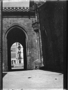 Porta norte da Catedral de Lugo. Ca. 1929. Placa de cristal. Bromuro rápido ou clorobromuro lento.