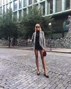 Fashion Dresses Classic gray blazer over all black. Fall Fashion Trends, Autumn Fashion, Fashion 2017, Style Fashion, Spring Fashion, Prada, Parisian Chic, Street Style, Foto E Video