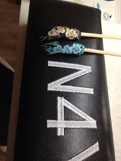 Her negle tipper med deco teknikken one stroke. Gele negle og Akryl negle kan dekoreres med maler teknikken One Stroke. Det er en nem maler teknik, og pryder dine gelenegle og akrylnegle. Du skal ikke bruge andre negle produkter end pensler og maling. Nail art One stroke nails.
