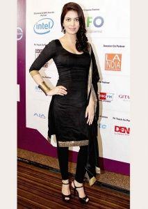 Black and Gold Salwar Kameez Punjabi Fashion, India Fashion, Ethnic Fashion, Bollywood Fashion, Asian Fashion, Bollywood Style, Style Fashion, Pakistani Dresses, Indian Dresses