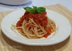 Pasta con pomodori grigliati al forno, un primo piatto siciliano, semplice, facile, fresco e molto buono. Quando preparate la pasta con pomodori grigliati..