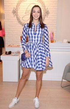 Paulina Krupińska w sukience w kratkę i sportowych butach