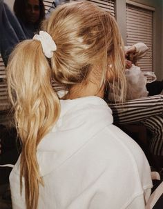 undone and messy ponytail updos for long hair – Hair Styles Headband Hairstyles, Messy Hairstyles, Pretty Hairstyles, Hair Inspo, Hair Inspiration, Ponytail Updo, Ponytail Scrunchie, Mode Lookbook, Mode Streetwear