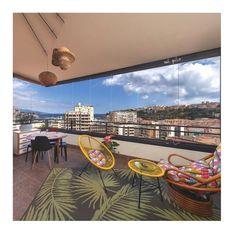 Le coulissant pivotant SL 25 est parfait pour fermer vos balcons et façades. Fermé, sa transparence est totale pour profiter de la vue depuis votre balcon en toute circonstance, à l'abri du vent et des intempéries. Par beau temps, l'ouverture est totale, même dans les angles! Projet réalisé par notre partenaire Ideal Rénovation. Crédit studio phoenix photography. #vitrage #balcon #terrasse #ouverture #design #moderne #architecture #déco #decointerieur Angles, Glass Extension, Folding Doors, Design Moderne, Deco, Parfait, Studio, Architecture, Balconies