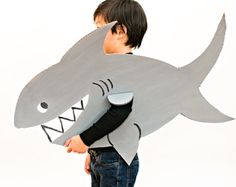 12 Ferociously Cute Shark Crafts for Kids. Celebrate Shark Week with these adorable ocean shark crafts! Dolphin Costume, Shark Costumes, Animal Costumes, Diy Shark Costume, Fish Costume Kids, Diy Halloween, Halloween Costumes For Kids, Family Costumes, Costume Poisson