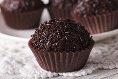 Ελάτε να δημιουργήσουμε λαχταριστά και νηστίσιμα τρουφάκια με Τρούφα σοκολάτα υγείας ΣΑΜΟΥΡΗ. Αυτά τα τρουφάκια διατηρούνται και εκτός ψυγείου για να... Greek Recipes, Truffles, Muffin, Cooking Recipes, Sweets, Cookies, Chocolate, Breakfast, Desserts