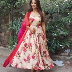 No photo description available. Floral Print Gowns, Floral Maxi Dress, Floral Fabric, Floral Frocks, Simple Pakistani Dresses, Indian Gowns Dresses, Choli Dress, Anarkali Dress, Indian Designer Outfits