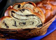 Chocolate Cinnamon Raisin Swirl Challah MADE IT: It's absolutely wonderful. Swapped out the raisins for poppy seeds, used honey instead of sugar and used Tori Avey's Challah recipe. Bread Machine Recipes, Bread Recipes, Sourdough Recipes, Pudding Recipes, Challah, Bread Rolls, Vegetarian Chocolate, Sweet Bread, Bread Baking
