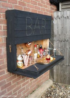 How to DIY a light-up outdoor bar using pallets & solar fairy lights . - How to DIY a light-up outdoor bar using pallets & solar fairy lights Ausklappbare Bar au - Bar Pallet, Outdoor Pallet Bar, Wood Pallet Beds, Pallet Headboards, Pallet Benches, Pallet Couch, Pallet Tables, Concrete Bar Top, Concrete Patio