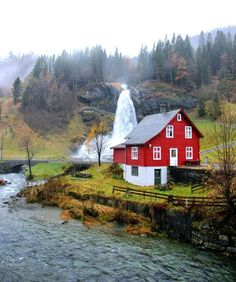 Travel to Norway: 7 Photos That Will Inspire You to Do It Dieses typisch norwegische Cottage befindet sich im Dorf Ulvik und ist als Ferienwohnung buchbar. Beautiful Norway, Beautiful World, Beautiful Places, La Provence France, The Places Youll Go, Places To Visit, Living On The Road, Scandinavian Countries, Norway Travel