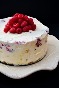 Deep Lemon Curd and Raspberry No-Bake Cheesecake No Bake Desserts, Just Desserts, Delicious Desserts, Yummy Food, Dessert Crepes, Bon Dessert, Raspberry No Bake Cheesecake, Cheesecake Recipes, Easter Cheesecake