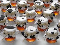 Potinho de vidro com 40grs de brigadeiro, geléia, mel ou doce. Tampinha decorada com tecido na cor desejada. Acompanha mini colherzinha de acrílico e laço de palha. Código do Site IN052 ***Pedido Mínimo - 20 unidades*** R$4,80