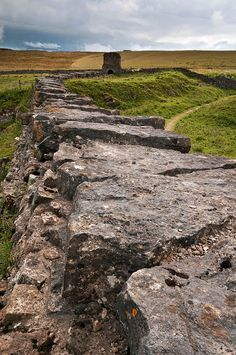 Hadrians wall England Ireland, England And Scotland, Moving To New Zealand, Hadrian's Wall, Castle Pictures, Historical Monuments, Republic Of Ireland, Ancient Ruins, English Countryside