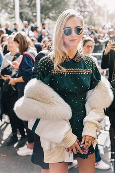 Chiara Ferragni acudió así al esperado desfile de Miu Miu: con un vestido verde botella con apliques de pedrería y una bomber blanca con forro de pelo #streetstyle #pfw2017